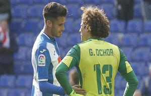 Ochoa dialoga con Diego Reyes en el RCDE Stadium