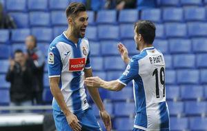 Marc Navarro celebra el gol con Piatti