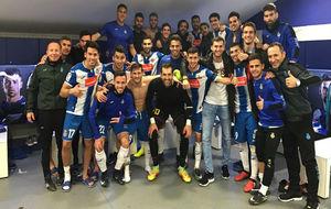 Los jugadores del Espanyol celebran el triunfo en el vestuario.