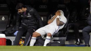 Marcelo, tap�ndose la cara tras ser sustituido.