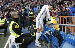 Cristiano, apoyado en la valla.