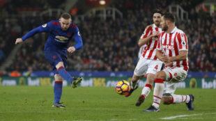 Rooney remata a puerta.