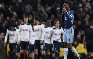 Sterling se lamenta tras un gol del Tottenham.