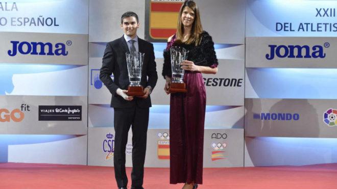 Bruno Hortelano y Ruth Beitia posan con sus premios a mejores atletas...