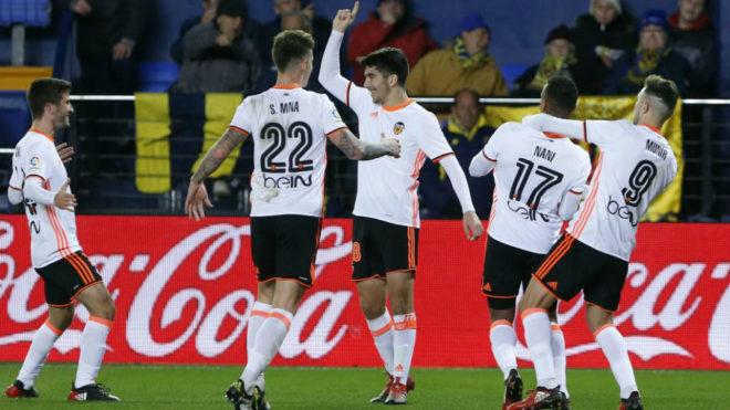 Carlos Soler celebra el primer gol marcado en el estadio de La...