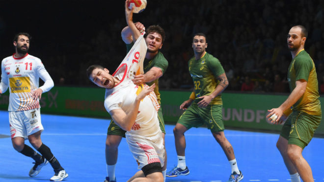 Alex Dujshebaev intenta lanzar a portería durante el encuentro frente...