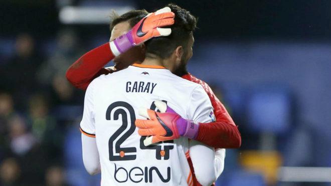 El portero Diego Alves se abraza a Garay tras el partido.