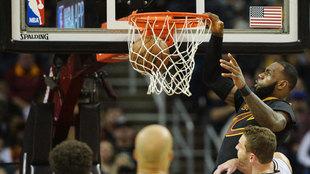 LeBron James (Cavaliers), machacando el aro de los Spurs