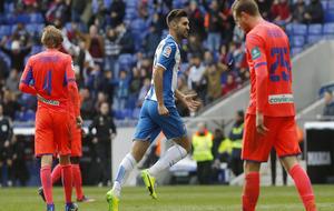 Los jugadores del Granada cabizbajos tras encajar un gol del Espanyol