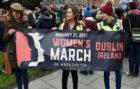 Mujeres en Irlanda manifestándose contra Donald Trump en la 'Womens...