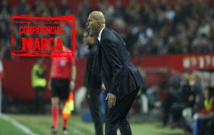 Zidane da instrucciones a los suyos en Sevilla.