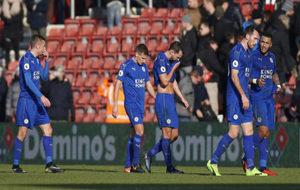 Los jugadores del Leicester, cabizbajos tras la derrota.