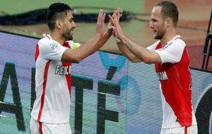 Falcao y Germain celebran uno de los tantos del Mónaco.