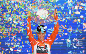 Richie Porte levanta el trofeo como ganador del Tour Down Under.