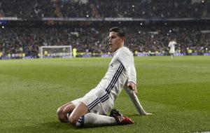 James Rodríguez celebra un gol en el Bernabéu.