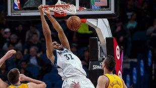Karl-Anthony Towns (Timberwolves) machacando el aro de los Nuggets