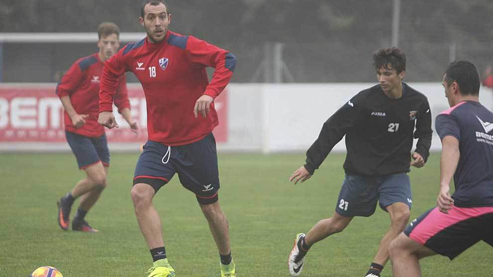 Urko Vera, durante un entrenamiento reciente con el Huesca