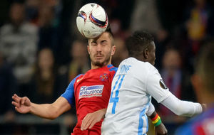 Tosca despeja un balón de cabeza en un partido con el Steaua.
