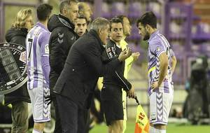 Paco Herrera da instrucciones a Jose durante el partido ante el...