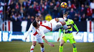 Rat despeja un balón ante la mirada de Guillermo en el partido del...
