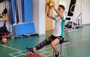 Felipe Gutiérrez hace un ejercicio de recuperación en las...