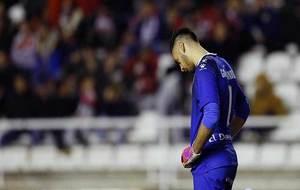 Un abatido Gazzaniga tras su error en el partido ante el Zaragoza