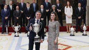 Sergio Scariolo, junto a Su Majestad la Reina Letizia, que le entregó...