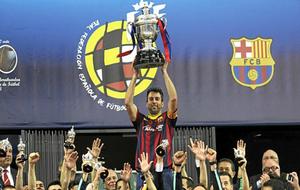 Jordi Torras, exjugador del Barcelona Lasa levantando un trofeo con el...
