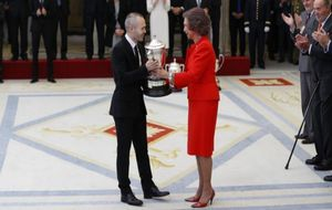 Andrés Iniesta recoge el premio de manos de Su Majestad la Reina...
