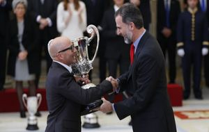 Jorge Sampaoli recibe el Trofeo Comunidad Iberoamericana de manos de...