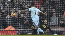 Cech llega a tocar el penalti de Gray, pero no consigue detenerlo.