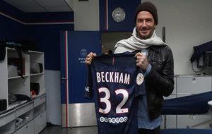 Beckham posa con la camiseta del PSG.