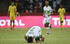 Mandi, de rodillas, lamentándose por una derrota en la Copa de...