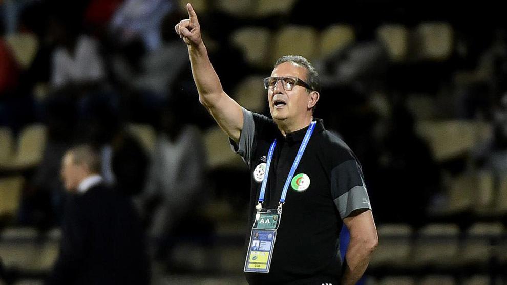 Leekens dando indicaciones durante el partido contra Senegal.