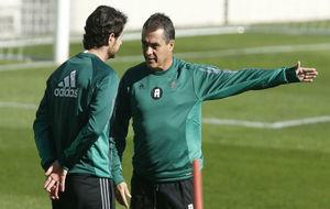 Alexis charla con Víctor en un entrenamiento.