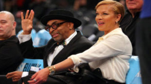 El director Spike Lee  junto a su esposa Tonya Lewis en el Madison...