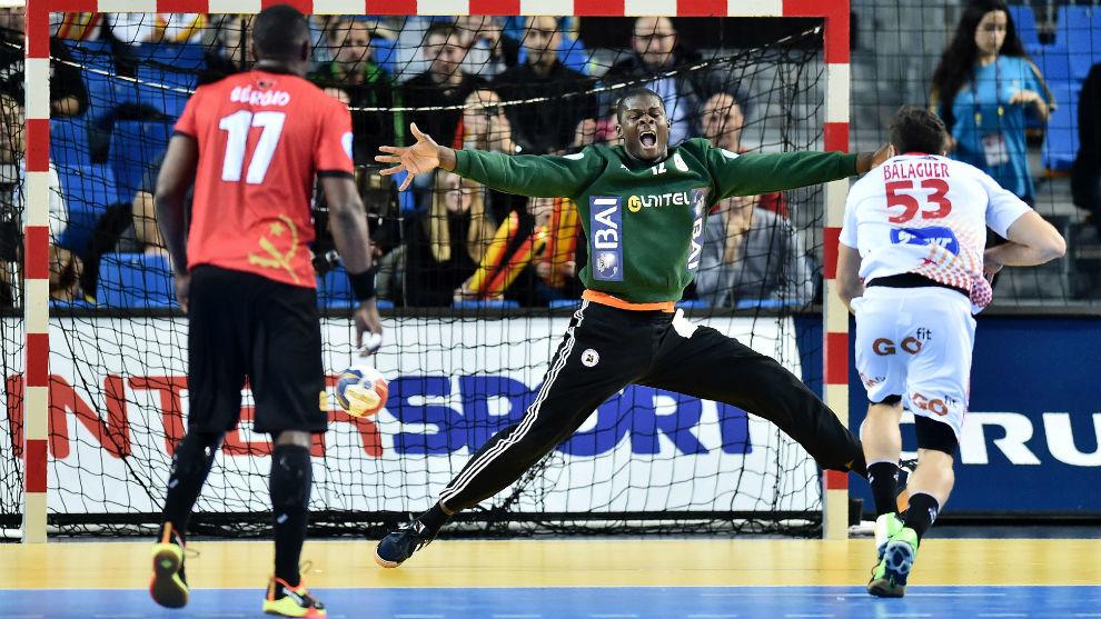 El extremo español lanzando un siete metros contra la portería de...