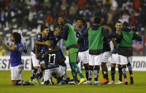 La plantilla de Independiente del Valle festeja una victoria la pasada...