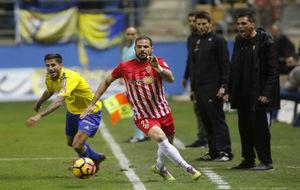 Nano (32), disputando la pelota ante un rival del Cádiz en el Ramón...