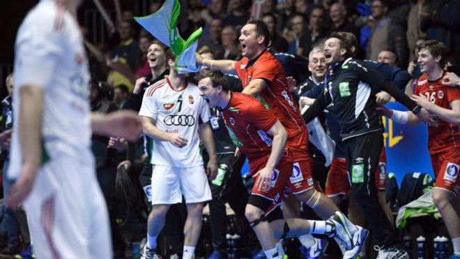 El banquillo noruego reacciona alborozado al término del partido de...