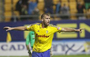 Alfredo Ortuño celebra un gol con el Cádiz en la presente temporada
