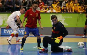 Álex supera a Despotovic en uno de los goles de España.