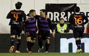 Peña y Javi Guerra celebran un gol en Vallecas con el Valladolid