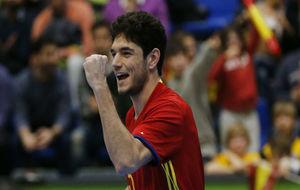 MArc Tolrá celebra uno de sus goles frente a Montenegro.