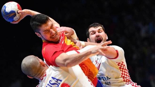 Dos jugadores croatas tratan de detener a Álex Dujshebaev.