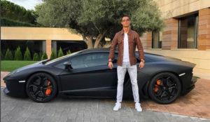 Cristiano posa con el coche hace unos meses