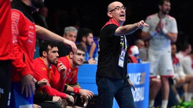 Jordi Ribera dando instrucciones durante el partido contra Croacia.