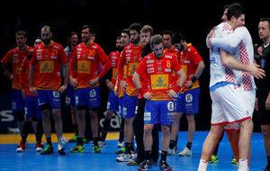 Los jugadores de la selección española, cabizbajos tras la derrota...