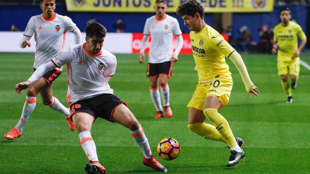 Alexandre Pato, regatea a Carlos Soler en el partido disputado en la...