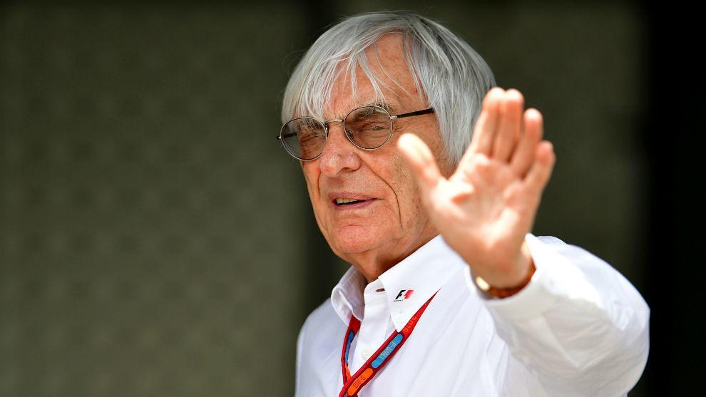 Bernie Ecclestone (86) saluda a los aficionados durante un gran premio...